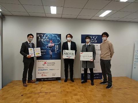 学生部門受賞者 京都大学山﨑大輝さん(左端)早稲田大学立花慶人さん(左から2番目)